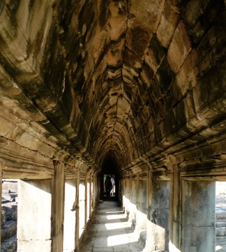 Corridor_Baphuon